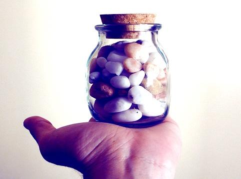 El frasco y las piedras