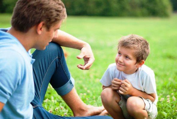 Padre explicándole algo a su hijo